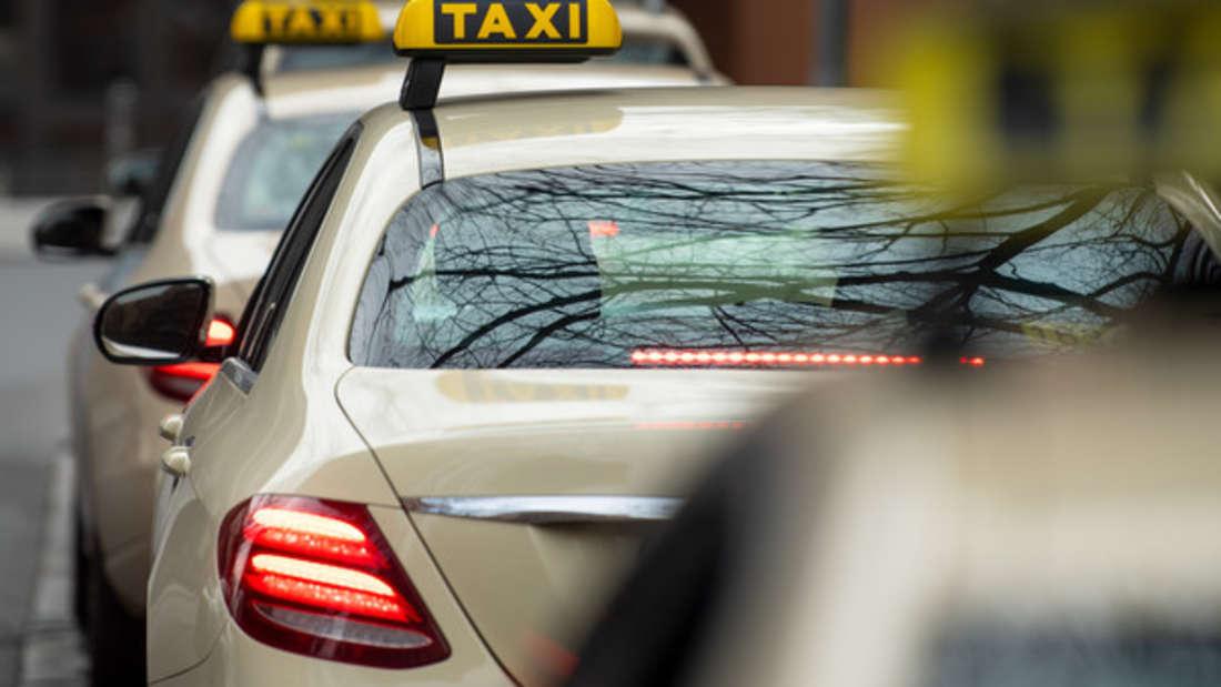 """Ein Taxifahrer holte tausende Euro am Wohnort einer Frau ab. Die wurde zuvor von einem """"falschen Polizisten"""" hinters Licht geführt."""