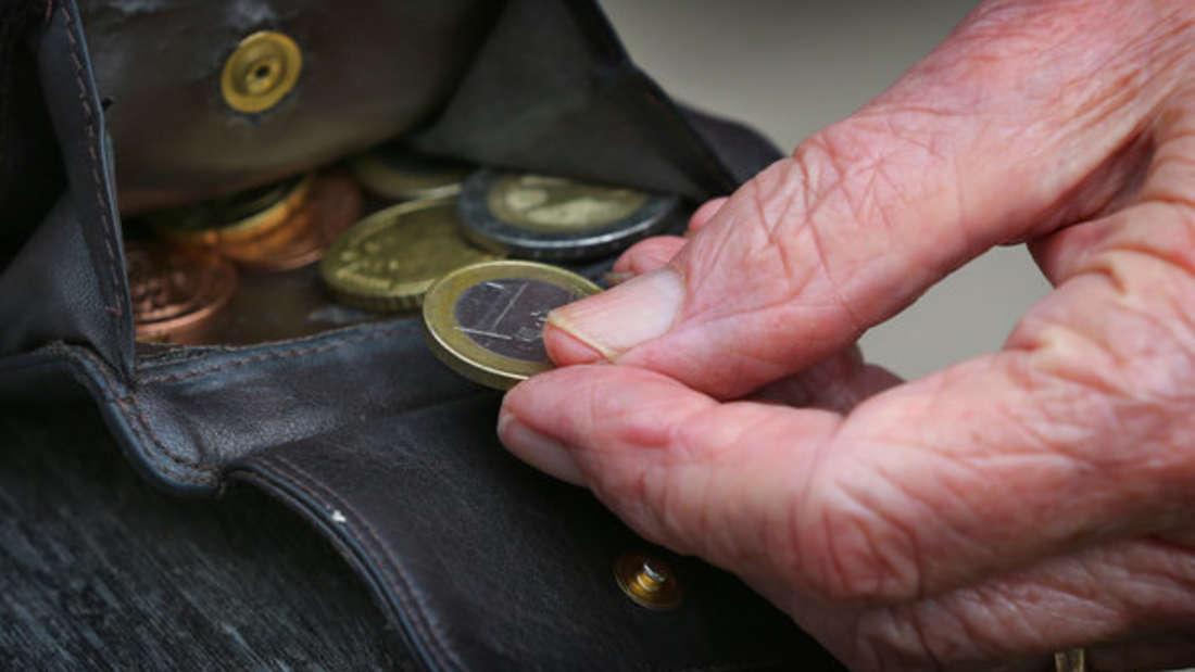 Wer zu wenig Rente bekommt, kann einen Antrag auf Grundsicherung stellen.