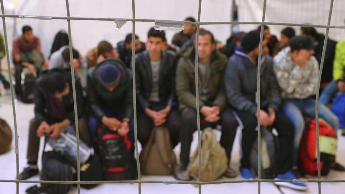 Flüchtlinge warten auf ihre Weiterreise (Symbolbild)