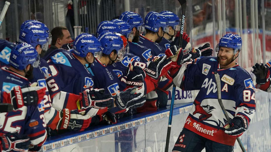 Die Adler Mannheim gewinnen mit 4:3 gegen die Straubing Tigers.