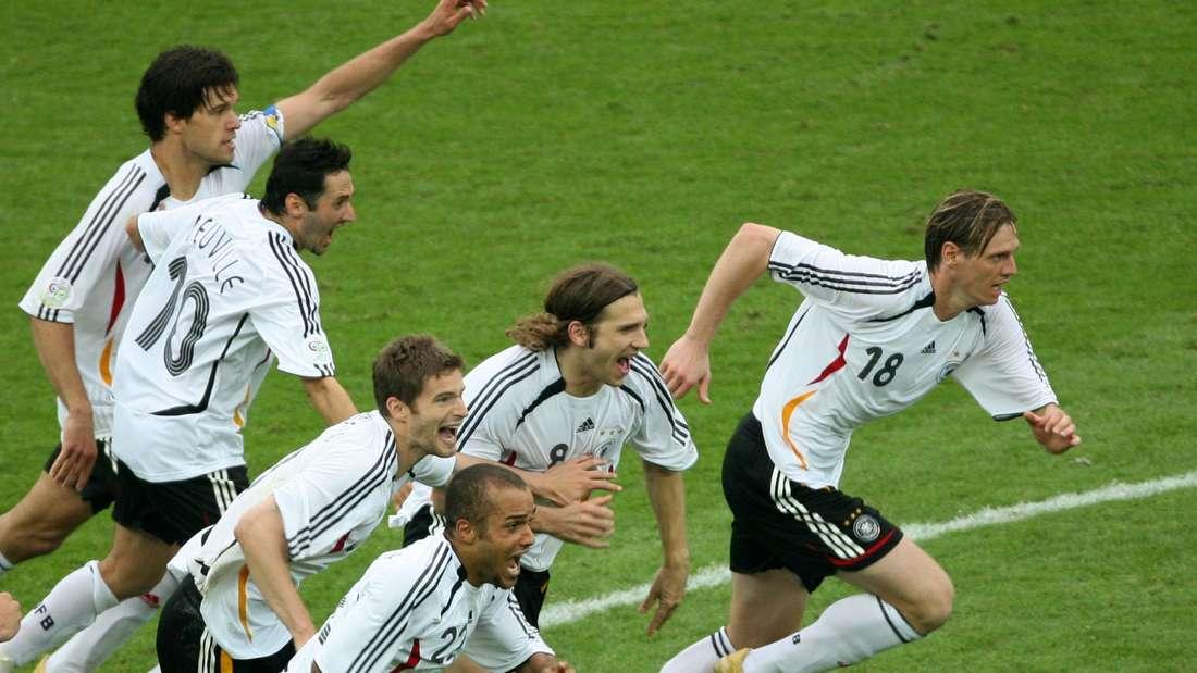 Die deutschen Nationalspieler nach dem Sieg im Elfmeterschießen gegen Argentinien bei der WM 2006.