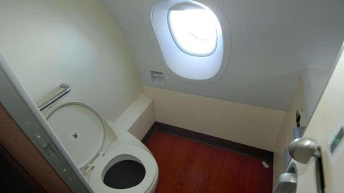 Flugzeugtoiletten sind nicht der schönste Ort - und doch sollte man sie aufsuchen, wenn es nötig ist.