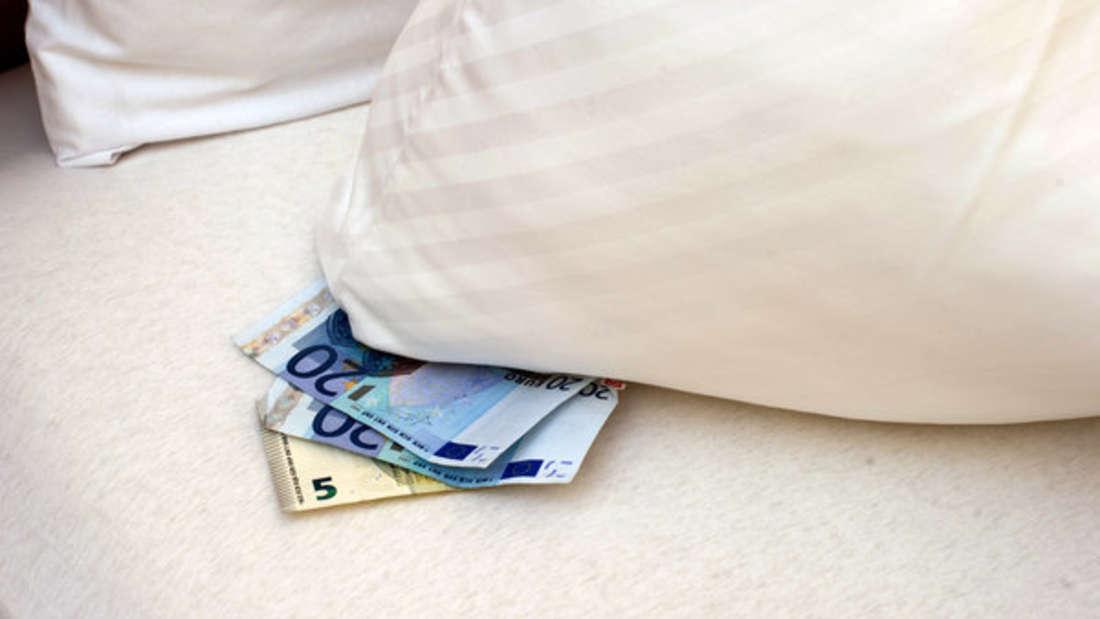 Geld landet in Deutschland unter Kopfkissen, auf Girokonten oder auf dem klassischen Sparbuch.
