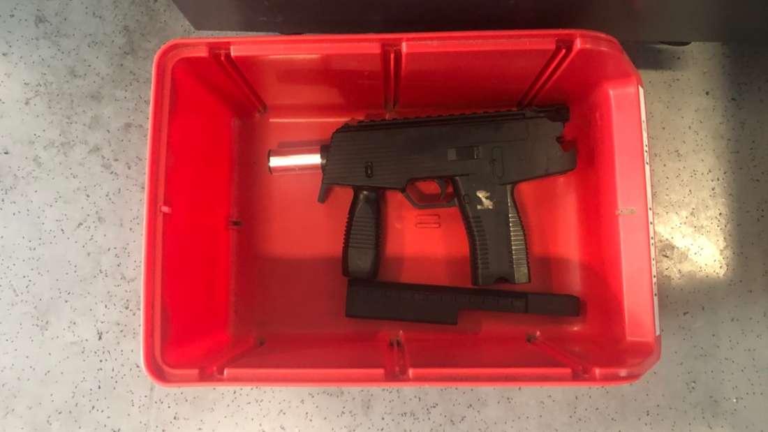 Ein Mann hantierte am Mittwoch am Hauptbahnhof Frankfurt mit dieser Softair-Pistole.