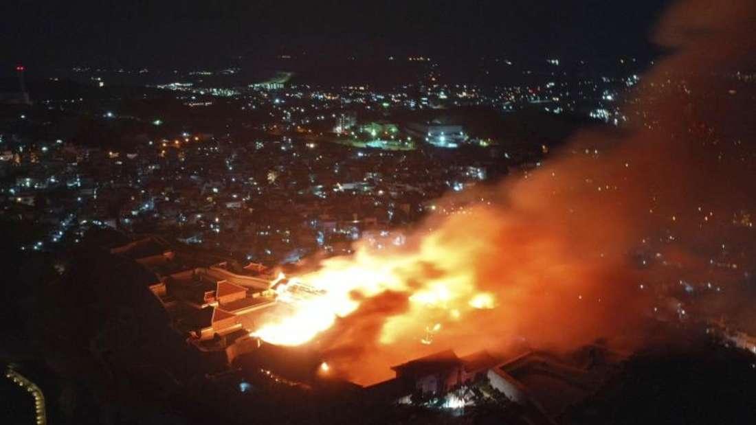 In der Nacht brannte das Hauptgebäude der Burg nieder. Foto: Uncredited/Okinawa Times/Kyodo News/AP/dpa