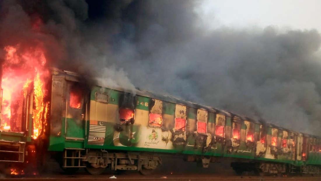 Bei einem schweren Unglück sind mindesten 65 Menschen bei einem Feuer in einem Zug ums Leben gekommen.