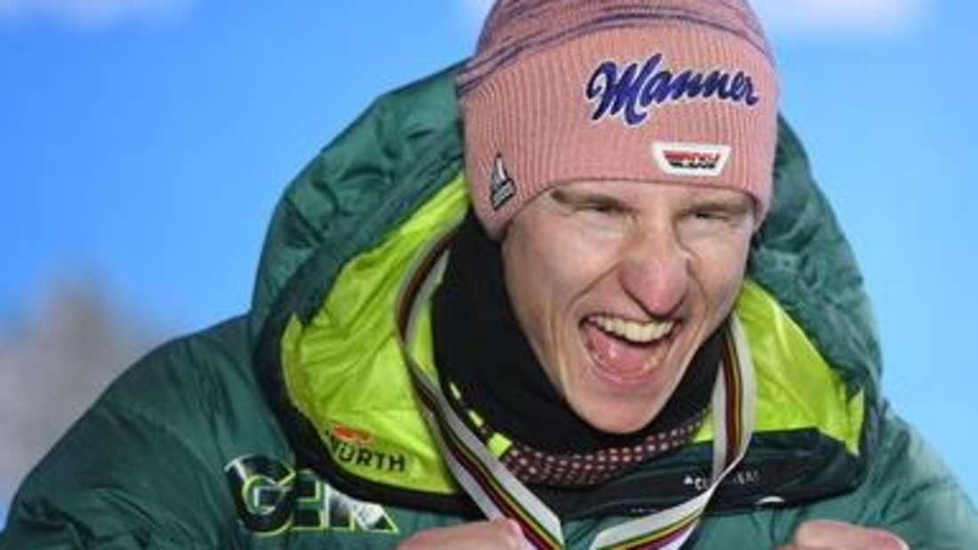 Skispringen: Karl Geiger jubelt über seine Silbermedaille in Seefeld.