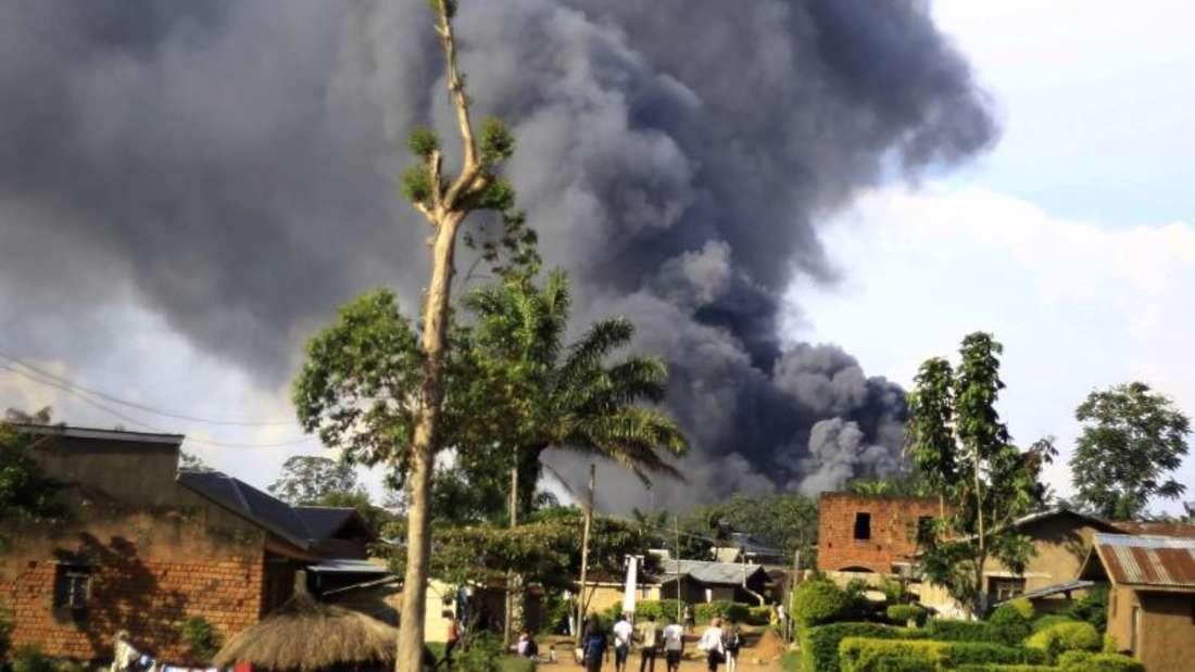 Rauch steigt aus dem Komplex der Vereinten Nationen in Beni auf. Foto: Al-Hadji Kudra Maliro/AP/dpa
