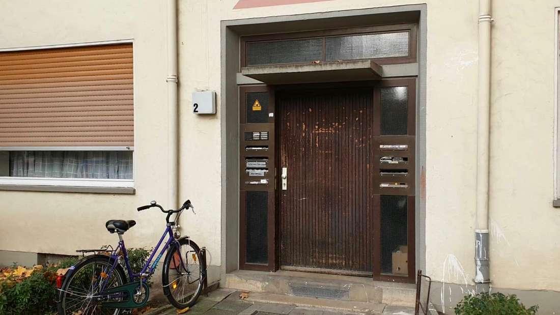 Eingangstür zum Wohnhaus des Mordopfers in der Kurfürstenstraße in Ludwigshafen.