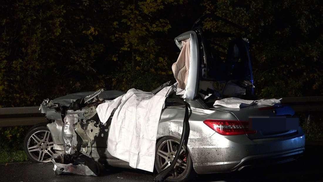 Bei einem Unfall auf der A67 sterben drei Männer in einem Auto.