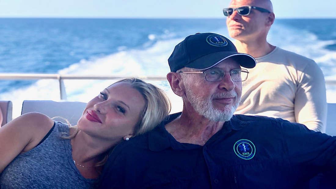"""Dr. Bob zeigt Evelyn Burdecki und Thorsten Legat das schöne Australien in dem Dschungelcamp Spin-off """"Dr. Bob's Australien""""."""