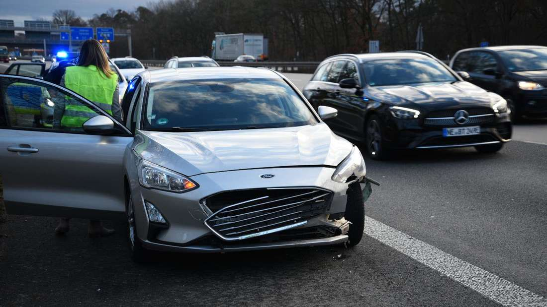 Ein Ford auf der A6 wird durch einen Auffahrunfall mit einem Wildschwein beschädigt.