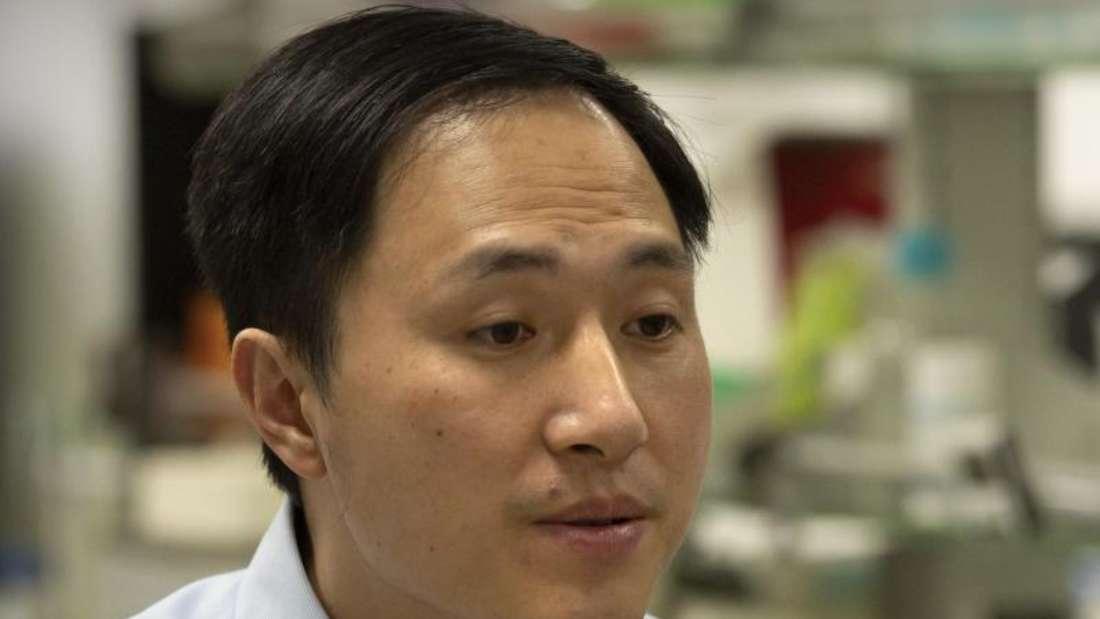 Auf diesem am 30.12.209 zur Verfügung gestellten Foto spricht He Jiankui während eines Interviews in seinem Labor in der südchinesischen Provinz Guangdong. Foto: Mark Schiefelbein/AP/dpa
