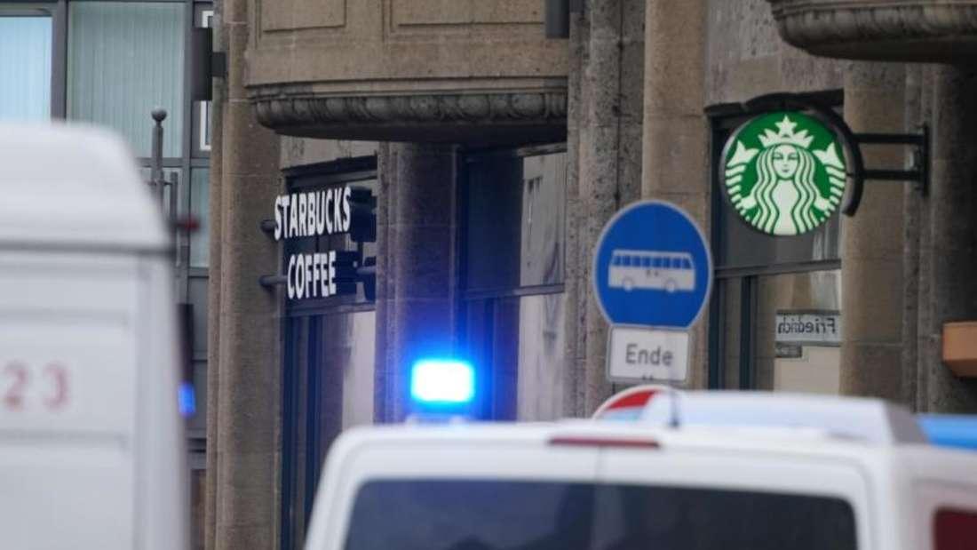 Großeinsatz nach dem Raubüberfall auf einCafé am Checkpoint Charlie in Berlin. Foto: Kay Nietfeld/dpa