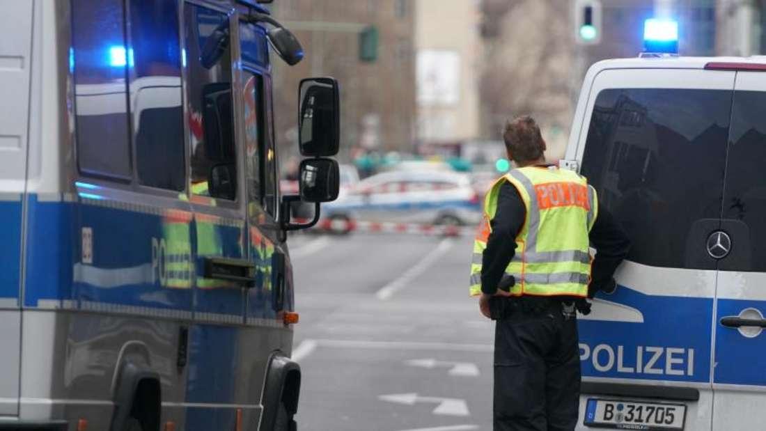 Polizeifahrzeuge sperren die Straßen um die Kreuzung Kochstraße Friedrichstraße in der Nähe des Checkpoint Charlie ab. Foto: Kay Nietfeld/dpa