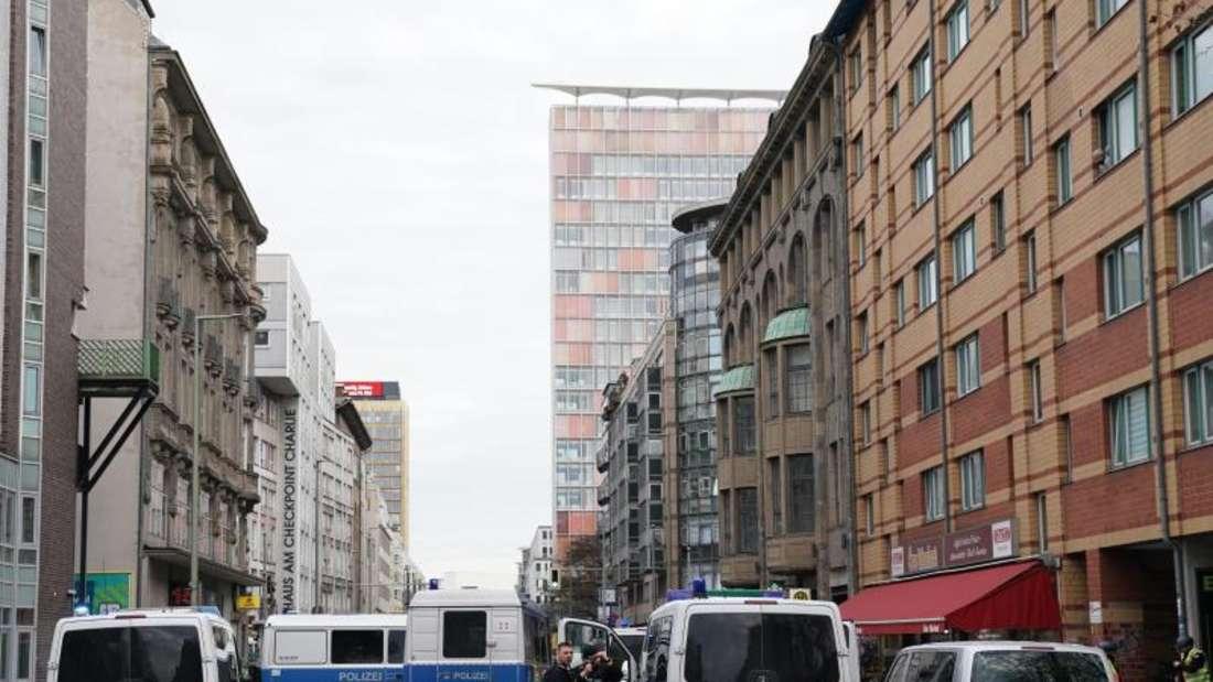 Polizeifahrzeuge sperren die Straßen um die Kreuzung Kochstraße/Friedrichstraße in der Nähe des Checkpoint Charlie ab. Foto: Kay Nietfeld/dpa