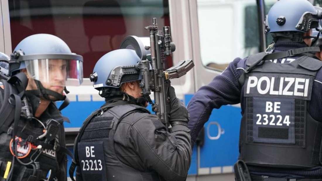 Schwerbewaffnet:Polizisten in Schutzausrüstung in der Nähe des Checkpoint Charlie. Foto: Kay Nietfeld/dpa