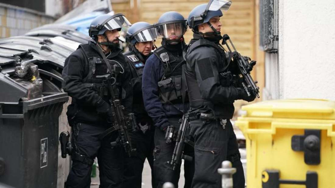 Polizisten in Schutzausrüstung sperren die Straßen um die Kreuzung Kochstraße Friedrichstraße in der Nähe des Checkpoint Charlie ab. Foto: Kay Nietfeld/dpa