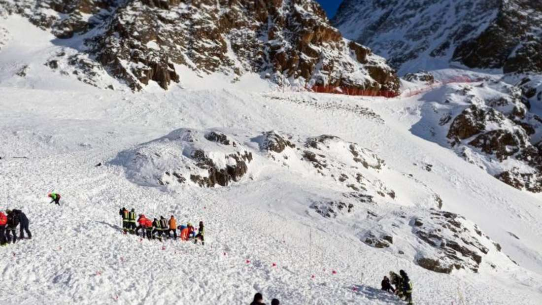 Rettungskräfte bei einer Suchaktion nach der Lawine im Skigebiet im Südtiroler Schnalstal. Foto: Uncredited/ANSA/AP/dpa