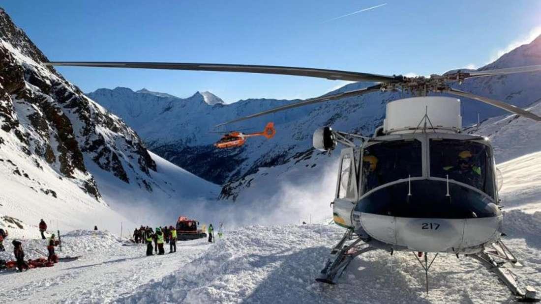 Ein Helikopter ist während einer Suchaktion von Rettungskräften nach einer Lawine auf einer Skipiste gelandet. Foto: Uncredited/ANSA/AP/dpa