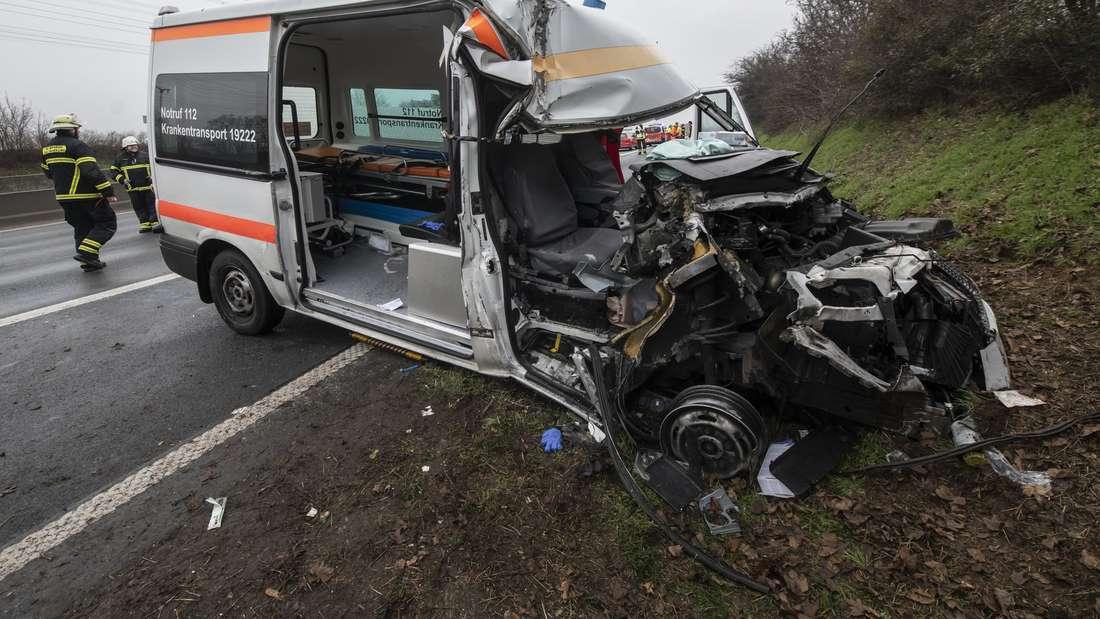 Krankentransporter kracht in Lkw – Beifahrerin auf A5 bei Bad Homburg eingeklemmt und schwer verletzt.