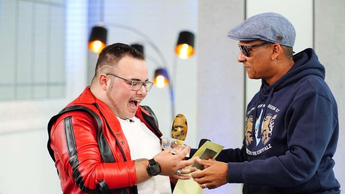 Xavier Naidoo gibt Francesco Mobilia seine Goldene CD.