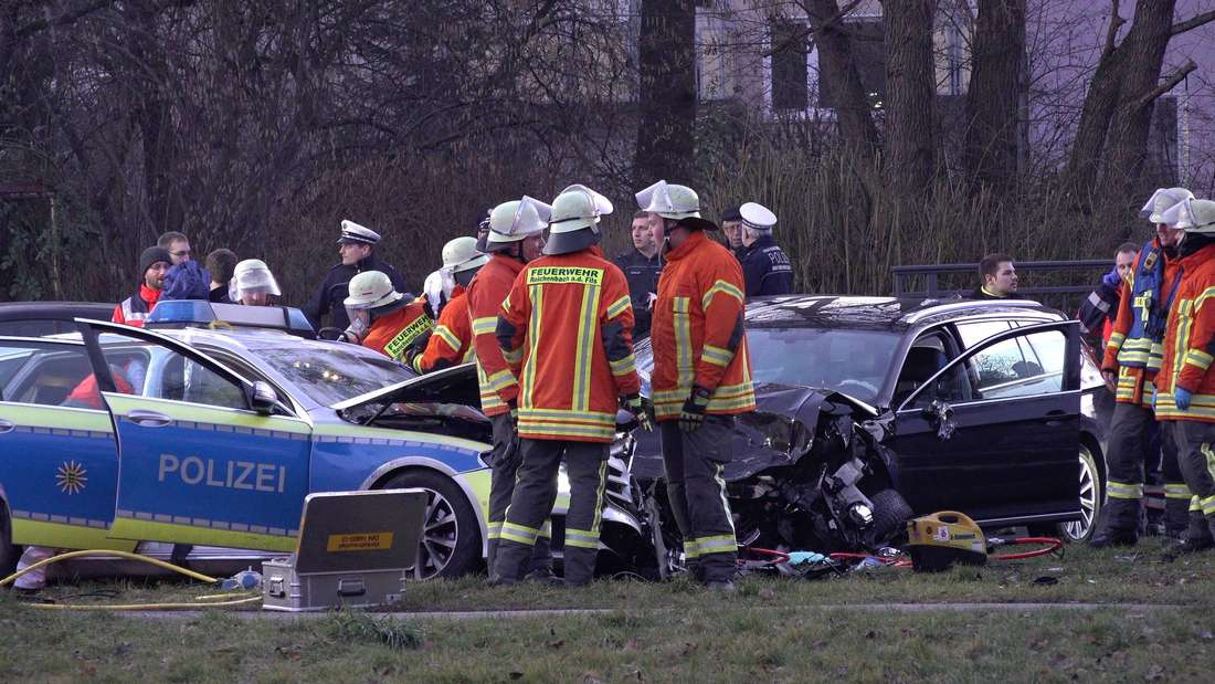Schwerer Unfall in Reichenheim an der Fils: Polizeiauto und Fluchtauto stoßen zusammen, zwei Verletzte.