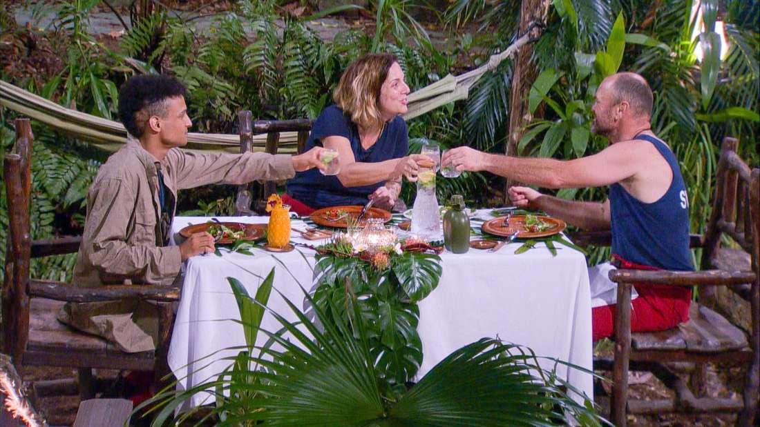 Dschungelcamp 2020: Die drei Finalisten gönnen sich ihr kärgliches Mahl.