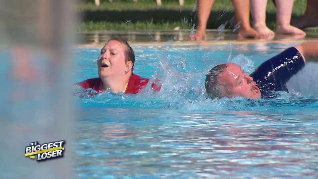 """Beim Trainingswettkampf im """"The Biggest Loser""""-Camp schwamm Werner plötzlich auf die Bahn von Konkurrentin Tabea."""