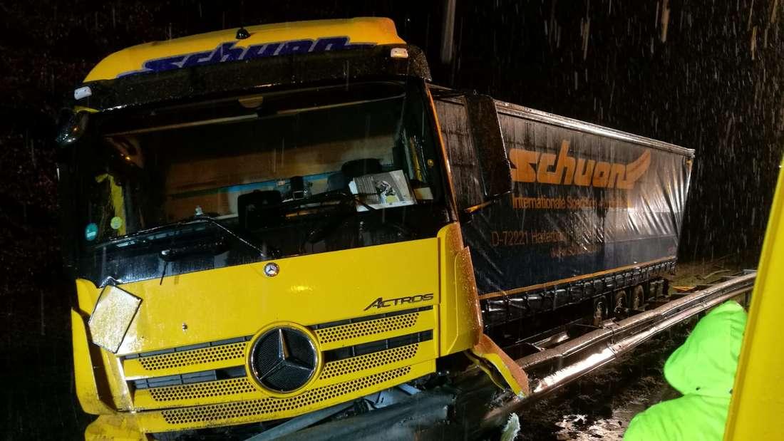 Bergung des Lastwagen dauert bis tief in die Nacht (29. Januar) hinein - Verkehrsbehinderungen auf der A65 bei Wörth am Rhein in Fahrtrichtung Karlsruhe