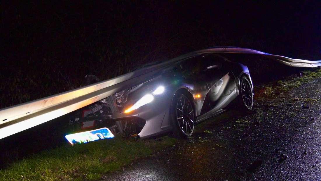 Ein 53-Jähriger aus dem Landkreis hat am Donnerstag (30. Januar 2020) auf der A67 bei Gernsheim in einem nagelneuen Ferrari einen Unfall. Der 800-PS-Sportwagen (Preis: 400.000 Euro) gerät auf regennasser Fahrbahn außer Kontrolle und anschließend unter ein Leitplanke. Der Mann hatte den Ferrari erst eine Woche zuvor gekauft. © MANNHEIM24/Keutz TV-News/Alexander Keutz