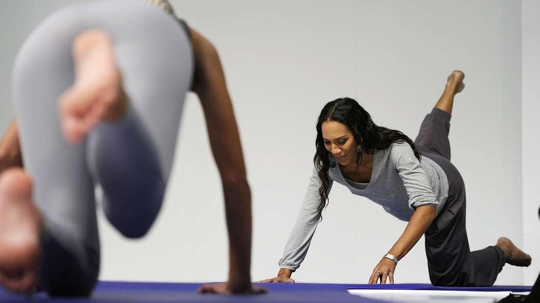 Pilates stärktdie tiefliegende Muskulatur: Elemente der Sportartkommen auch im Piloxing vor.