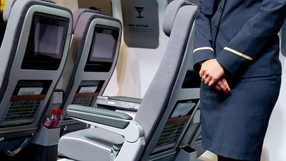 Flugbegleiter ist der Traumjob vieler Menschen. Doch was verdienen sie eigentlich?