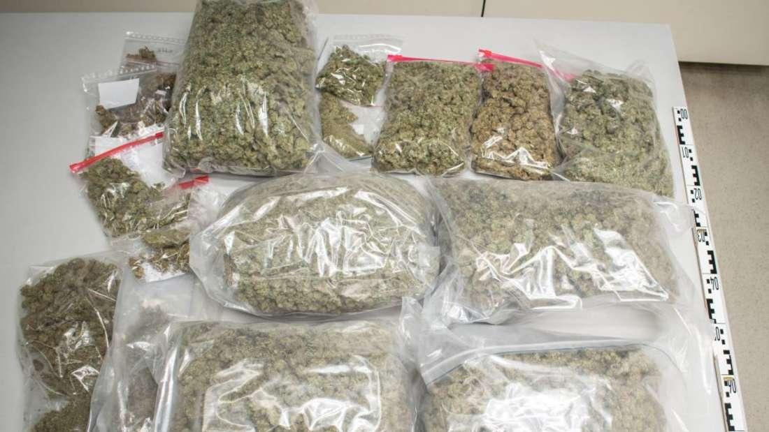 Über 7 Kilogramm Marihuana stellen die Beamten in der Wohnung des 26-Jährigen sicher.