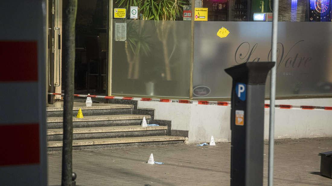 Spuren der blutigen Nacht vor einer der Shisha-Bars in Hanau