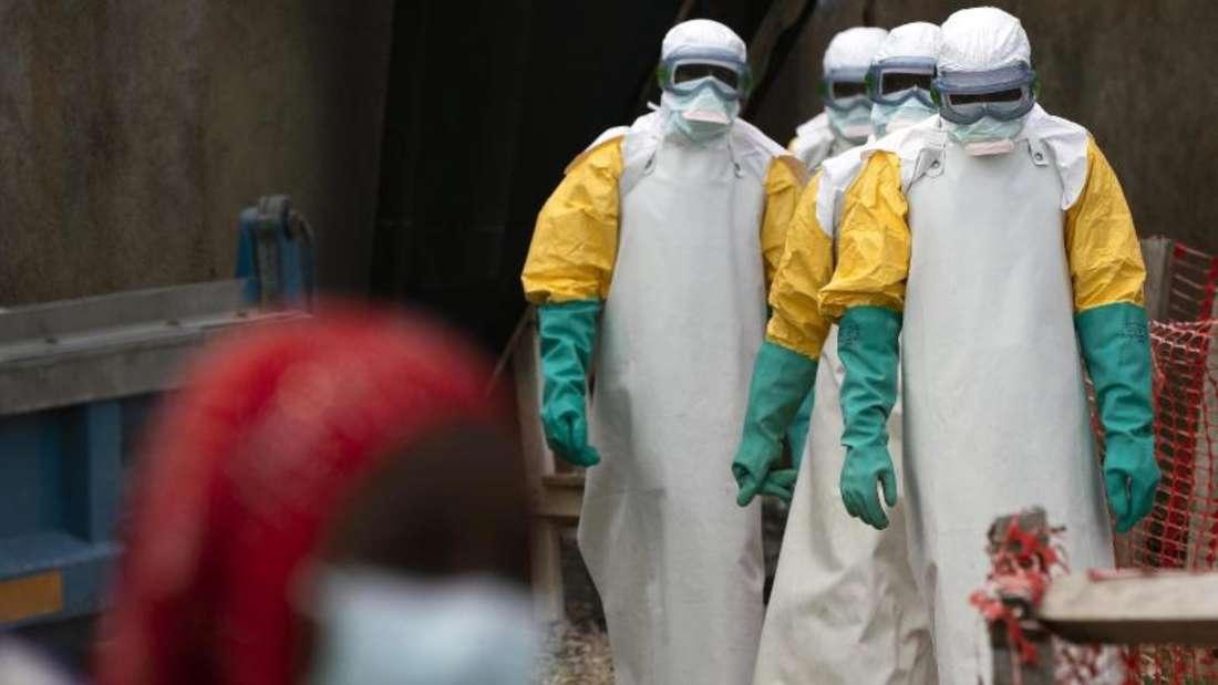 Helfer in spezieller Schutzkleidung bekämpfen im Juli 2019 die Ebola-Seuche in einem Behandlungszentrum im Kongo. Seit Mitte 2018 hat die Krankheit dort zu mehr als 2200 Todesfällen geführt. Foto: Jerome Delay/ap/dpa