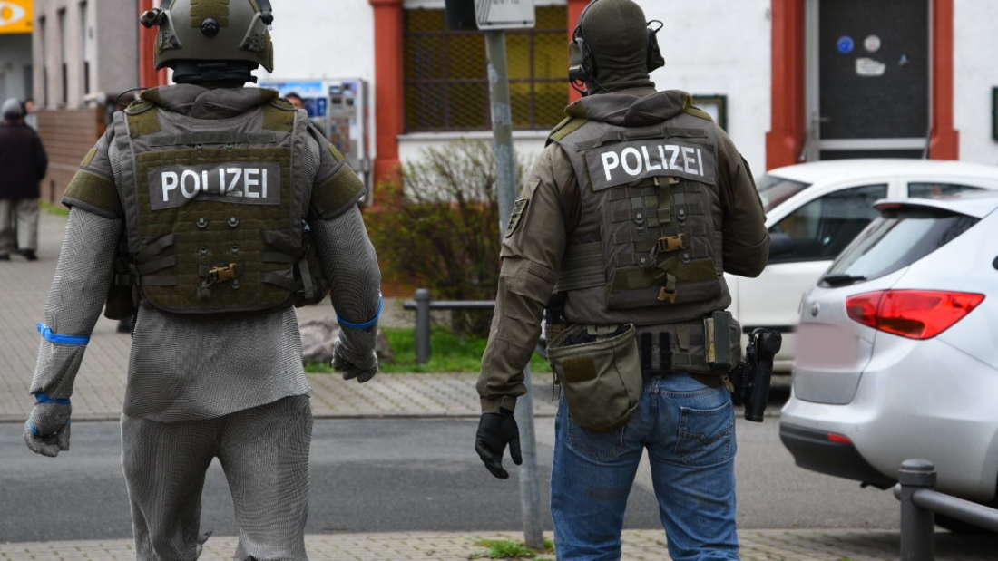 Großeinsatz in Mannheim: In der Relaisstraße im Stadtteil Rheinau soll ein Mann nach mehreren Zeugenaussagen mit einer Waffe aus einem Wohnhaus geschossen haben.