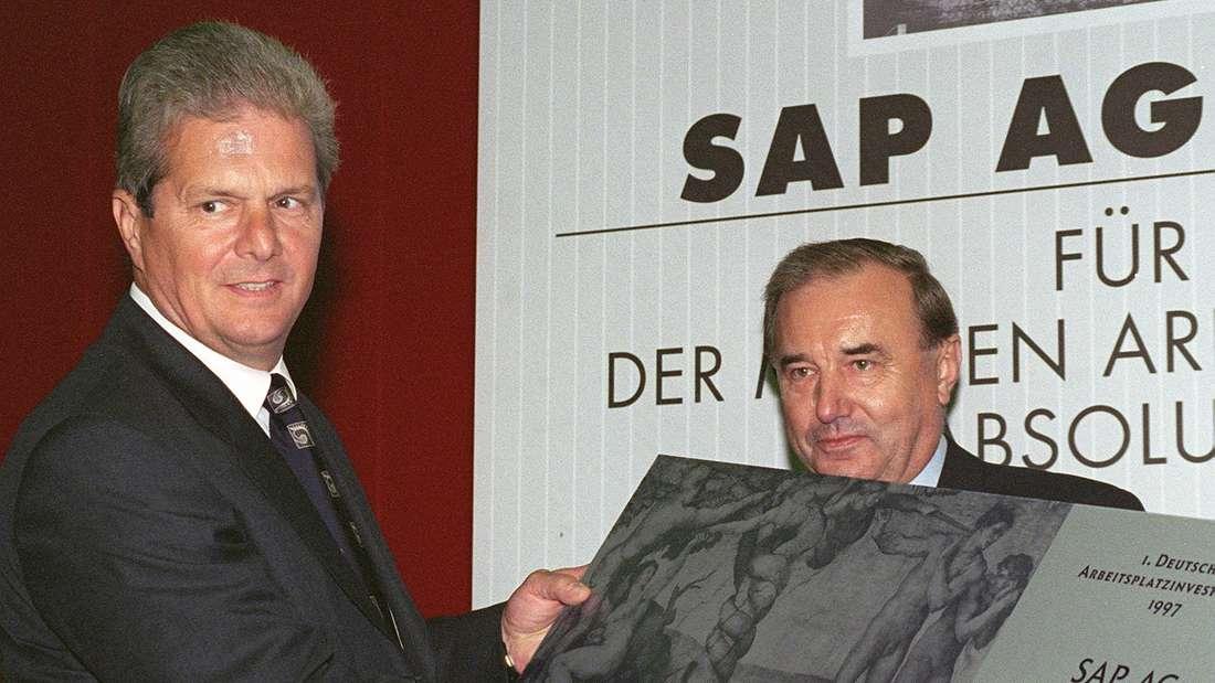 Der Präsident der Bundesanstalt für Arbeit, Bernhard Jagoda (r), überreicht Dietmar Hopp (l), den Deutschen Arbeitsplatzinvestor-Preis (12.11.1997).