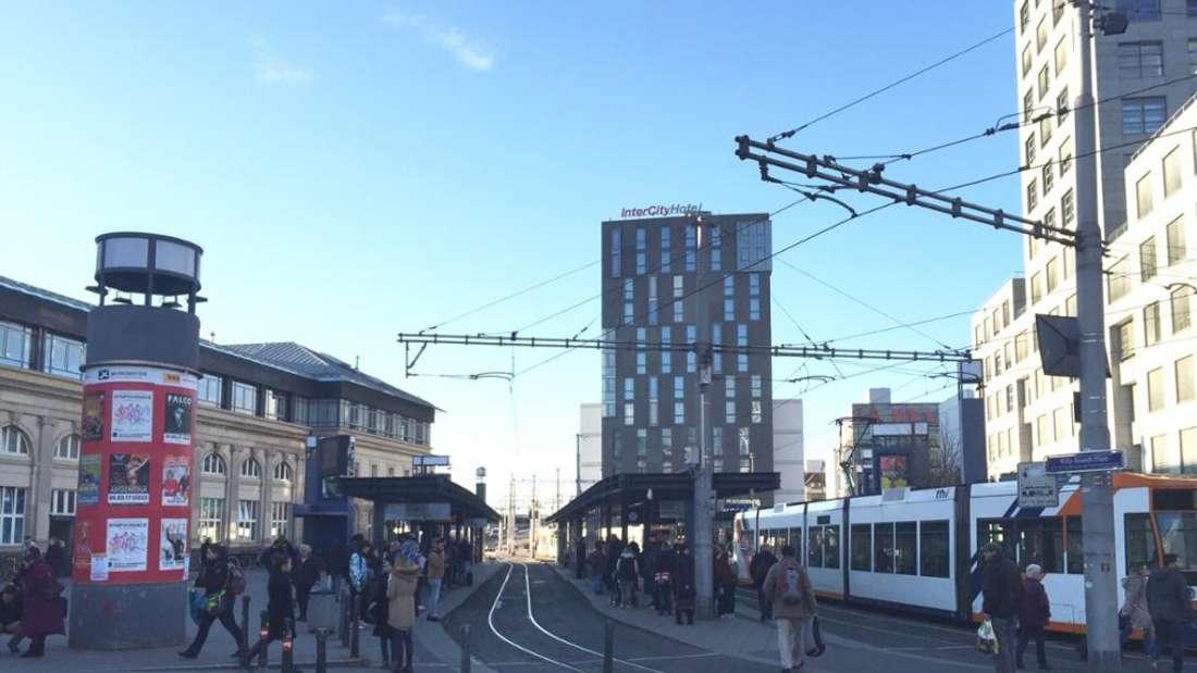 Die Haltestelle Mannheim Hauptbahnhof wird von Straßenbahnen und Bussen angefahren.
