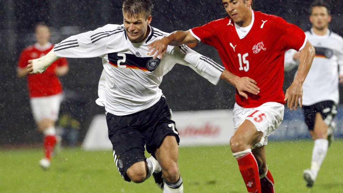 Dennis Diekmeier (li.) bei einem U20-Länderspiel gegen die Schweiz.