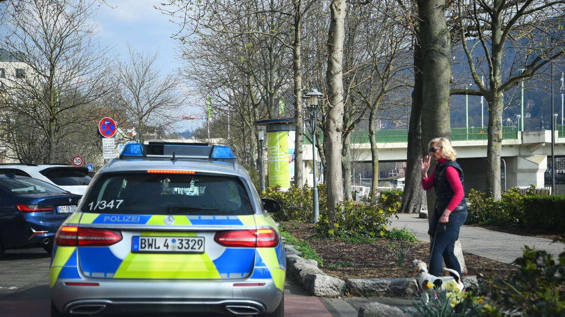 Die gesperrte Neckarwiese wird von der Polizei kontrolliert.