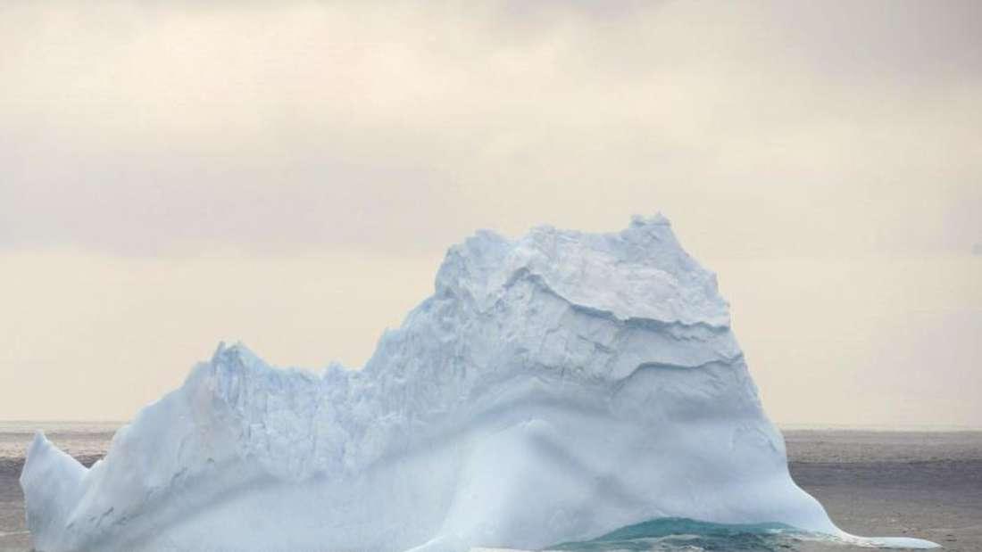 Ein Eisberg in der Antarktis. Am Nordpol steigen die Temperaturen. Foto: Liu Shiping/XinHua/dpa