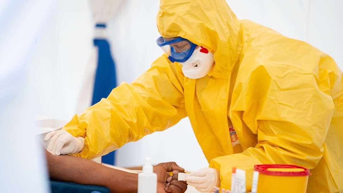 Ein Rachenabstrich wird für den Corona-Test verwendet. Blut kann auf Antikörper getestet werden.