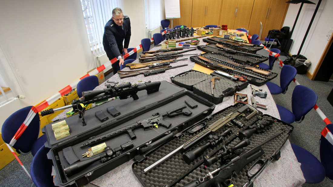 """Sichergestellte Waffen von """"Reichsbürgern"""" im Polizeipräsidium in Wuppertal (17. November 2016)."""