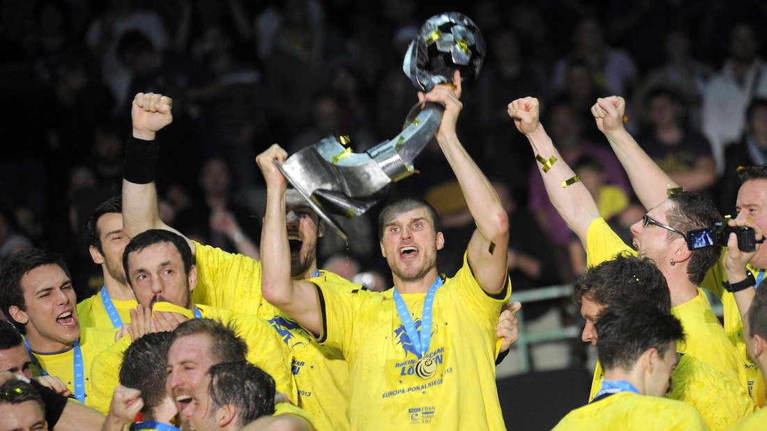 Die Rhein-Neckar Löwen feiern den Gewinn des EHF Europa Pokals.