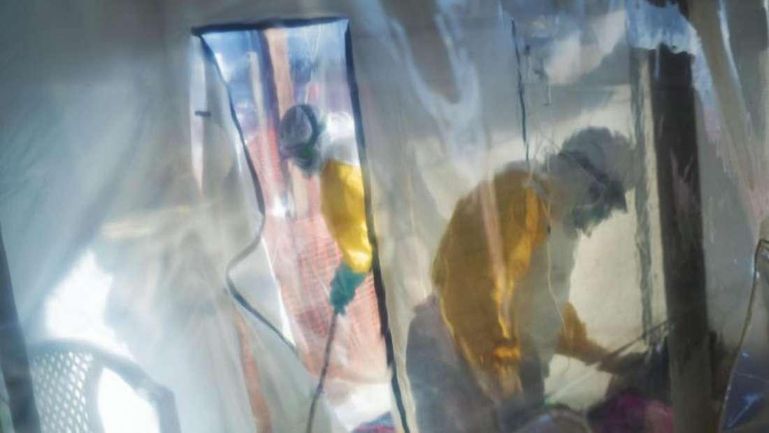 Medizinisches Personal in Schutzanzügen versorgt an Ebola erkrankte Patienten in der Isolierstation. Foto: Jerome Delay/AP/dpa/Archiv