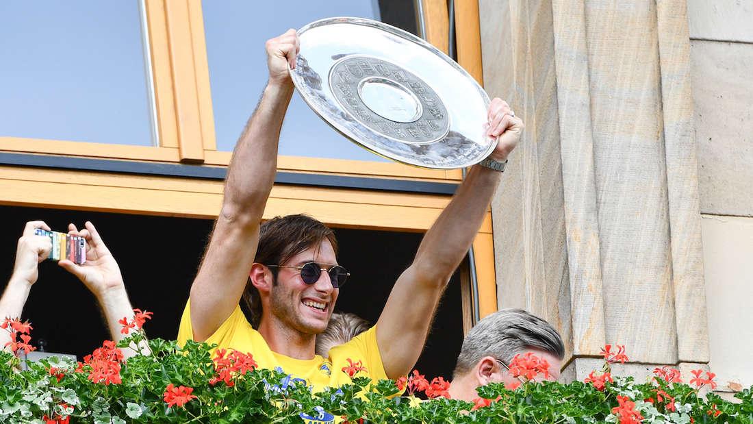 Uwe Gensheimer feiert auf dem Mannheimer Rathausbalkon die erste deutsche Meisterschaft der Rhein-Neckar Löwen.