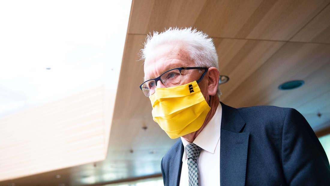 119. Plenarsitzung im Landtag - Abgeordnete mit Europamasken zur Europawoche - Guido Wolf verteilt Masken