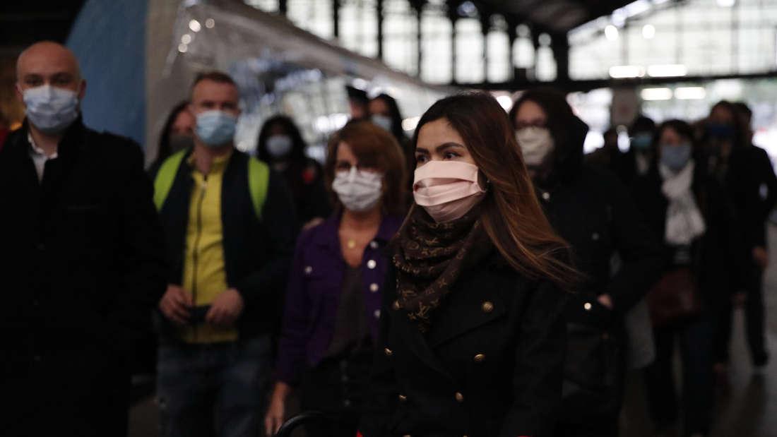 ankreich, Paris: Pendler, die in öffentlichen Verkehrsmitteln die obligatorische Gesichtsmaske tragen, verlassen einen Zug am Bahnhof Saint Lazare.