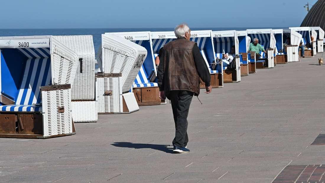 Im April standen die Strandkörbe in Westerland wegen der Corona-Krise noch auf der Promenade - von Montag an dürfen Touristen aber wieder kommen.
